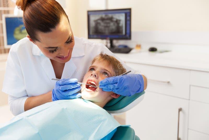 Junge besucht den Zahnarzt lizenzfreie stockfotos
