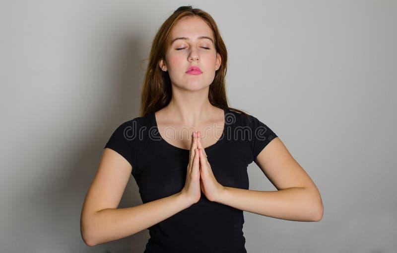 Junge betende Frau lizenzfreies stockbild