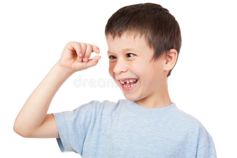 Junge betrachtet verlorenen Zahn stockfoto