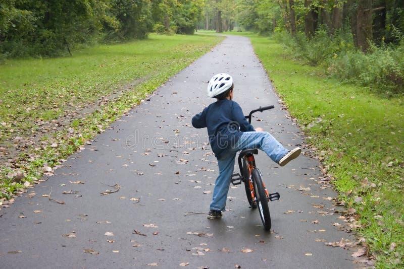 Junge Bicycling_7805-1S stockfotografie