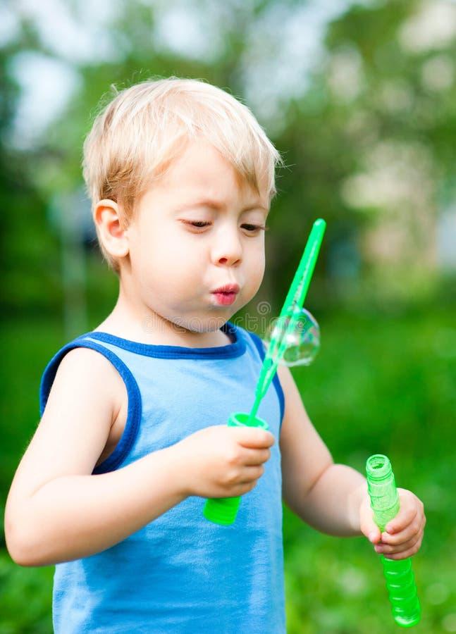 Junge bläst Luftblasen auf lizenzfreies stockbild