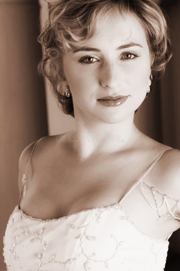 Junge blonde Braut im Weiß lizenzfreie stockfotografie