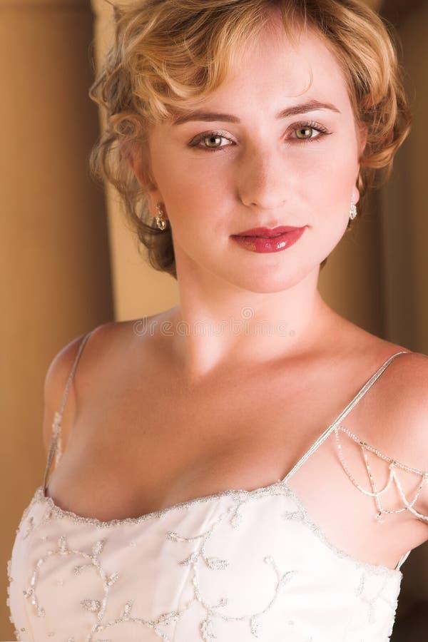 Junge blonde Braut im Weiß stockfotografie