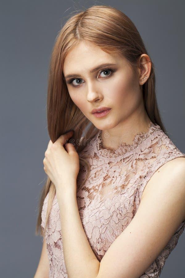 Junge blonde Dame im sexy Kleid lizenzfreie stockfotos
