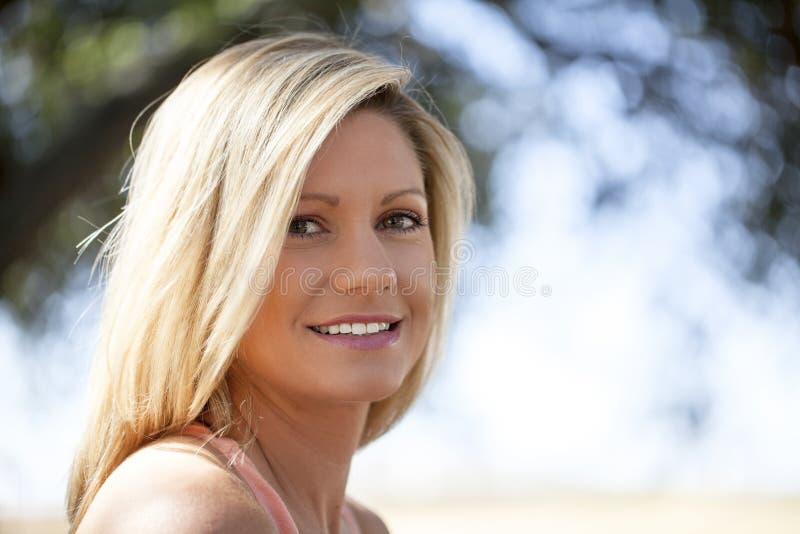 Junge blonde Frau stockfotografie