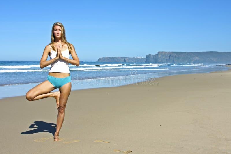 Junge Blonde Frau, Die Übungen Tut Lizenzfreies Stockfoto