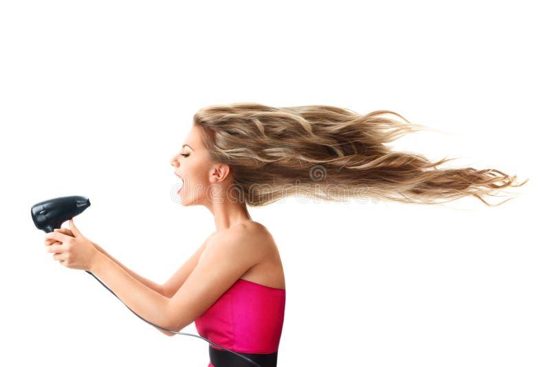 Frau, die langes Haar trocknet stockfotografie