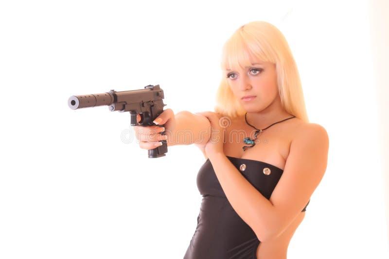 Junge blonde Frau mit Gewehr lizenzfreies stockfoto