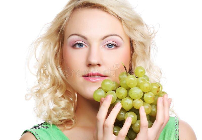 Junge blonde Frau mit Traube lizenzfreies stockbild