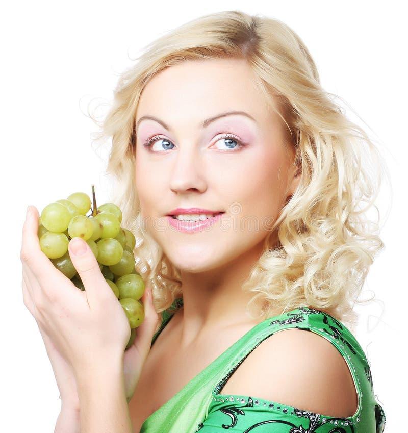Junge blonde Frau mit Traube lizenzfreie stockbilder