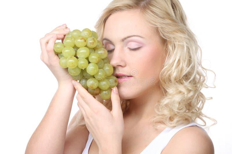 Junge blonde Frau mit Traube lizenzfreies stockfoto