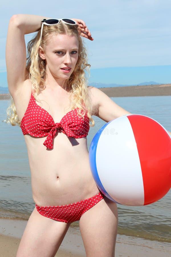 Junge blonde Frau am Strand lizenzfreies stockbild