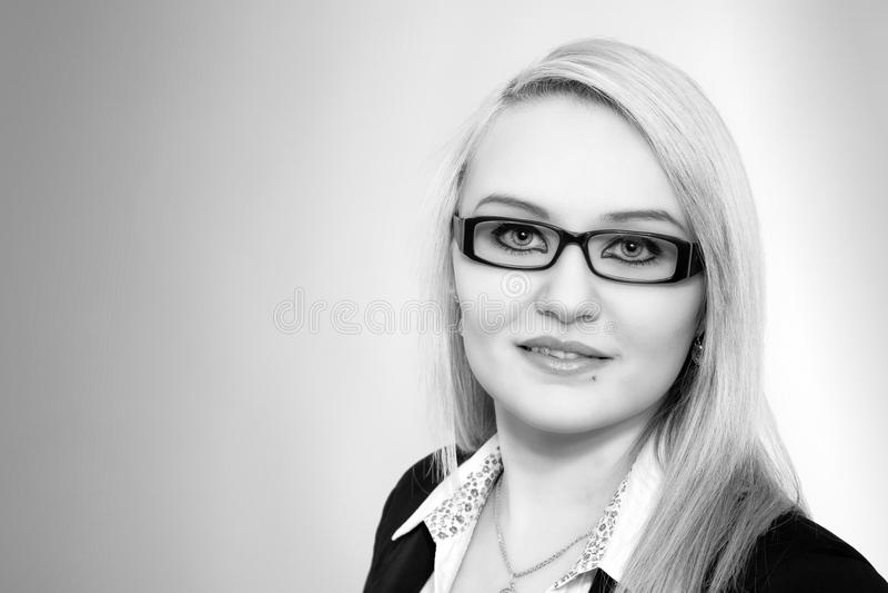 Junge blonde Geschäftsfrau, Porträt stockfotos