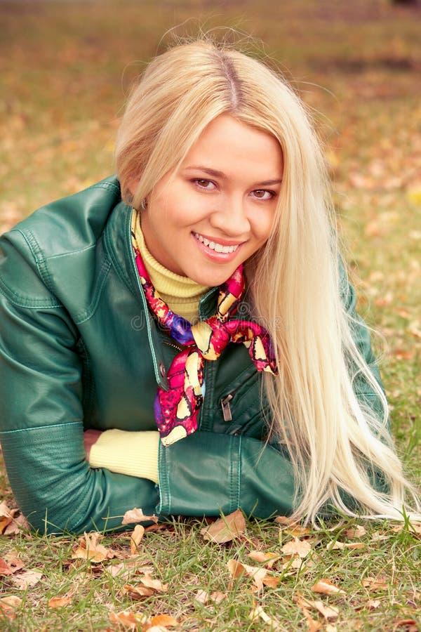 Junge blonde Schönheit lizenzfreie stockfotografie