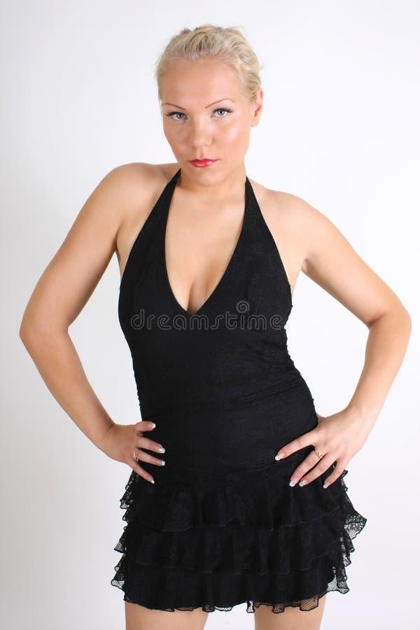 Junge blondie Frau im schwarzen Kleid lizenzfreies stockbild
