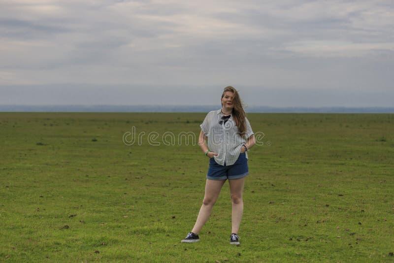 Junge Blondine in einer Wiese lizenzfreie stockfotografie