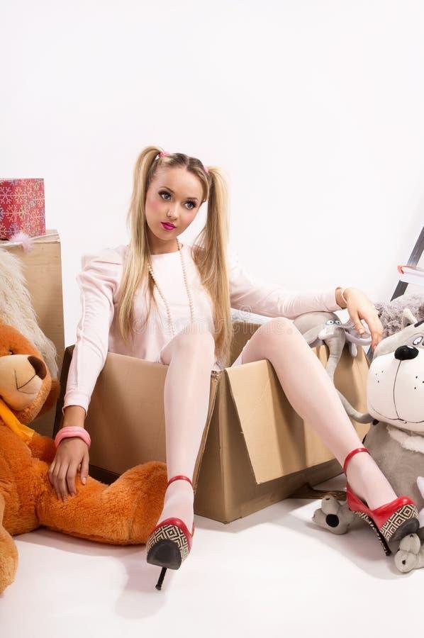 Junge Blondine kleidete oben als Puppe an lizenzfreie stockfotos