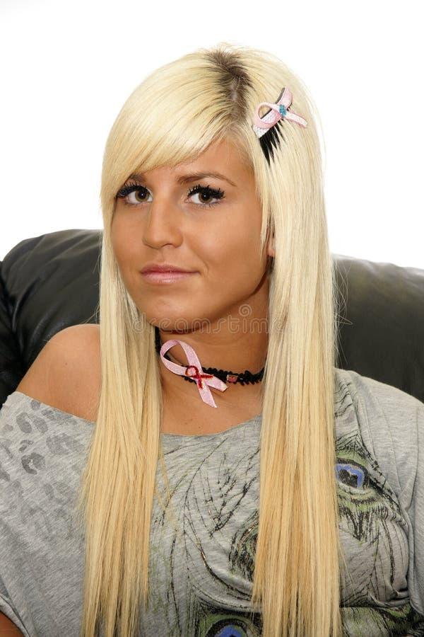 Junge Blondine mit Brustkrebsbändern lizenzfreie stockfotos