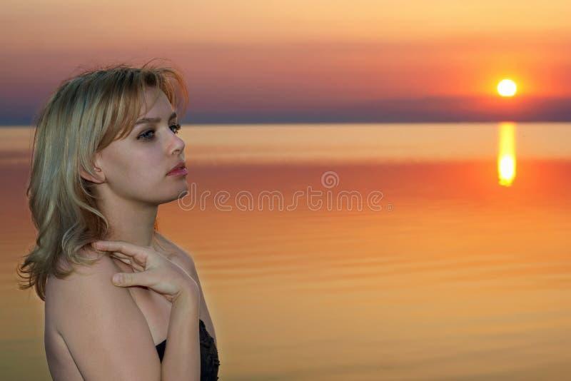 Junge Blondine am Sonnenuntergang lizenzfreies stockfoto