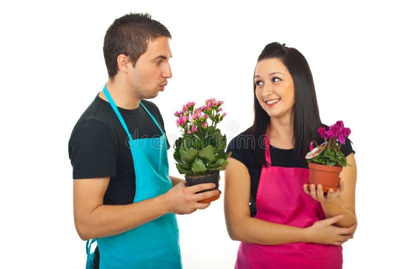 Junge Blumenhändlerkollegen, die Gespräch haben lizenzfreies stockbild