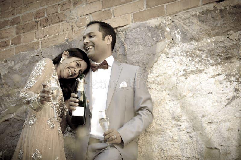 Junge bräutliche indische Paare, die zusammen draußen flirten lizenzfreie stockbilder
