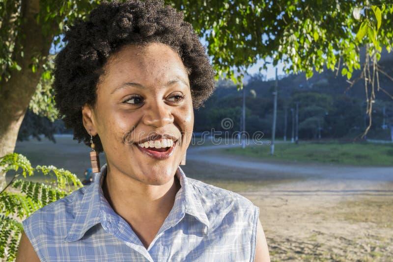 Junge brasilianische Frau mit überraschtem Ausdruck stockbild