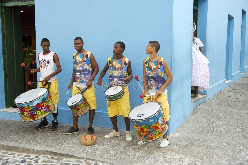 Junge brasilianische Männer, die Pelourinho Salvador trommeln lizenzfreies stockfoto