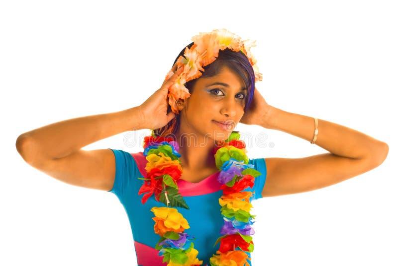 Junge braune Frau mit Blumen stockfoto
