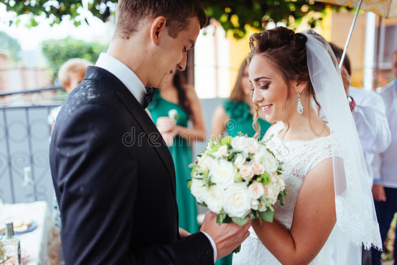 Junge Braut, die ihren Bräutigam im schönen Park umarmt lizenzfreie stockfotos