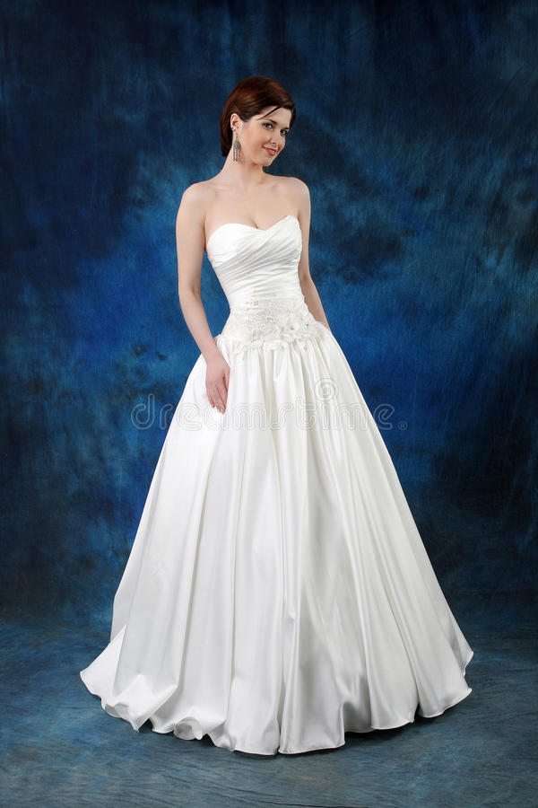 Junge Braut im langen klassischen Brautkleid stockfotos