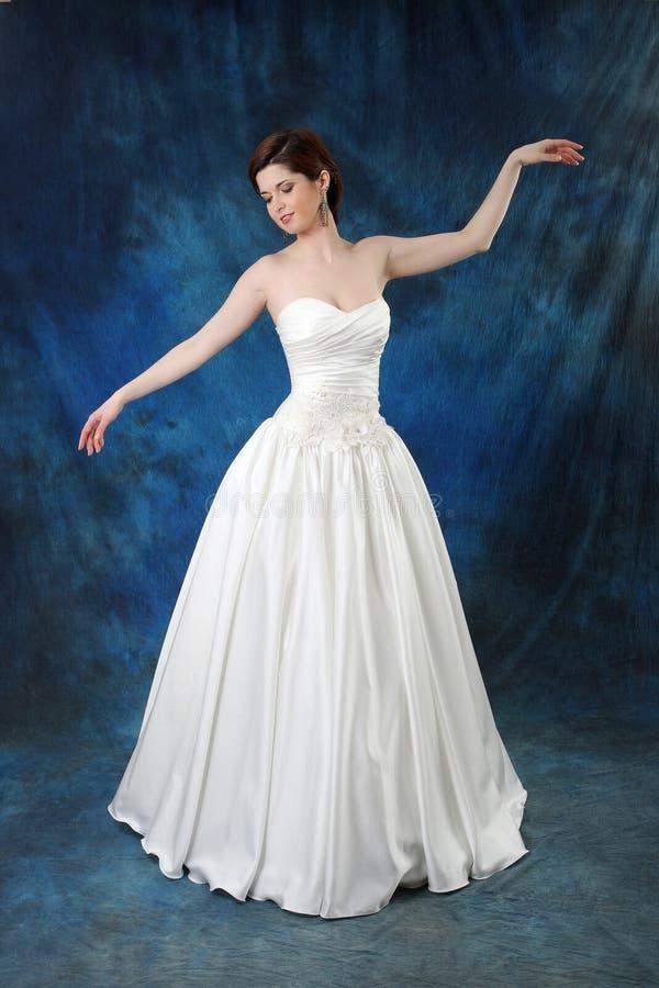Junge Braut im langen klassischen Brautkleid lizenzfreies stockbild