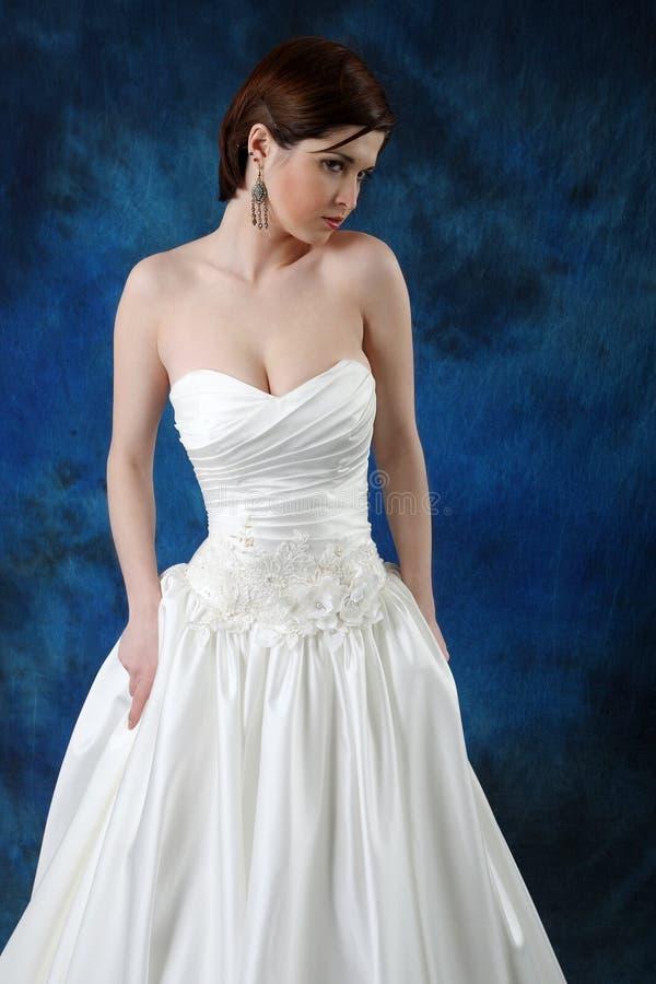 Junge Braut im langen klassischen Brautkleid lizenzfreie stockfotografie
