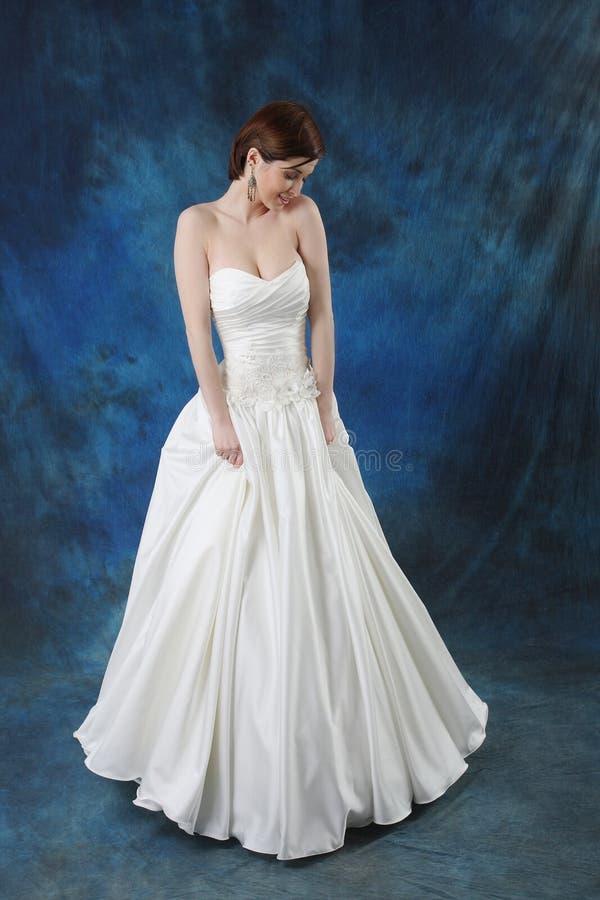 Junge Braut im langen klassischen Brautkleid lizenzfreies stockfoto