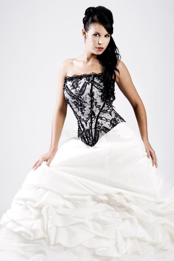 Junge Braut im Schwarzweiss-Hochzeitskleid lizenzfreies stockbild