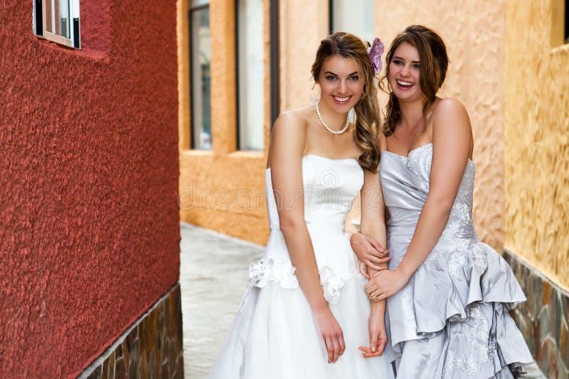 Junge Braut und Brautjunfer in einem Durchgang lizenzfreie stockbilder