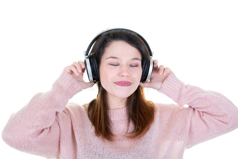 Junge brunette Frau der Schönheit mit geschlossenen Augen brünieren lang das Haar, das hörende Musik in DJ-Kopfhörern aufwirf lizenzfreies stockbild