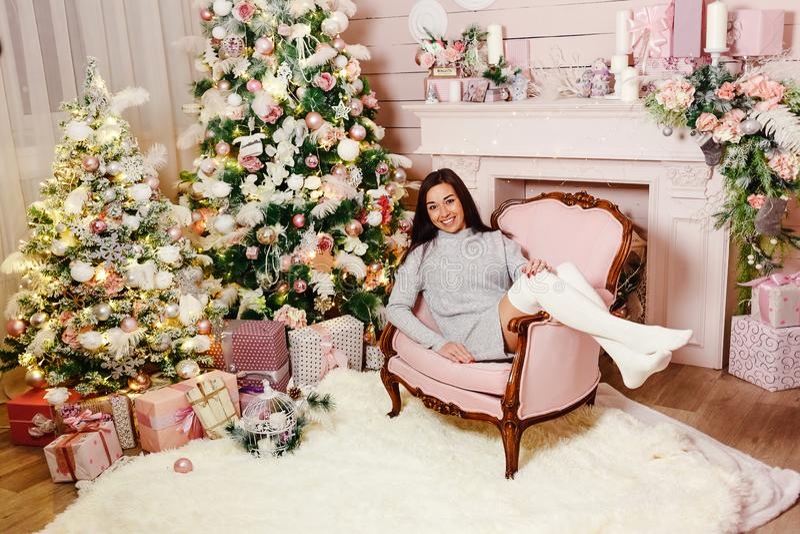 Junge brunette Frau dreißig Jahre Lügen im Stuhl lizenzfreie stockbilder