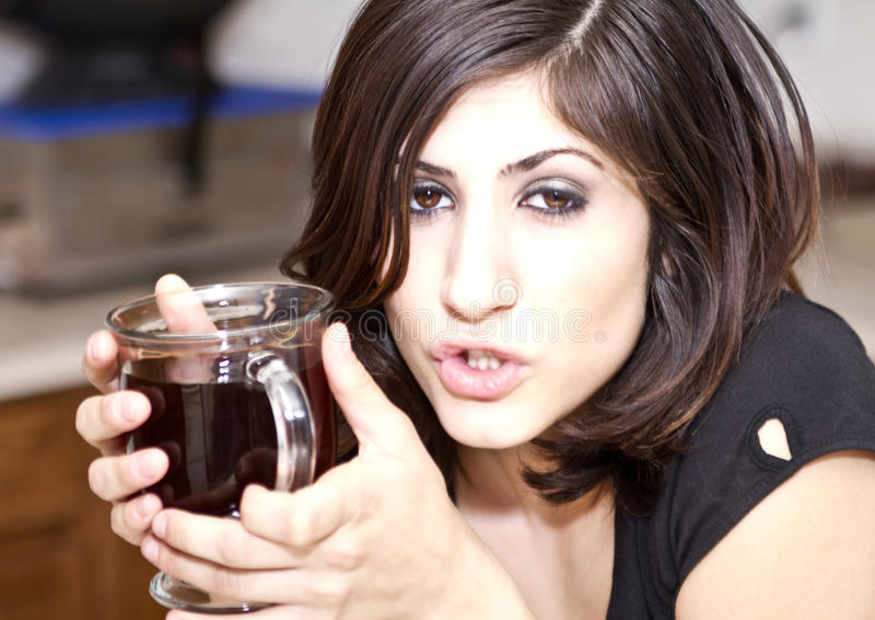 Junge Brunette-Frau genießt ihren Kaffee lizenzfreies stockbild