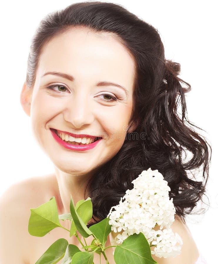 Junge brunette glückliche Frau mit weißen Blumen lizenzfreie stockfotos