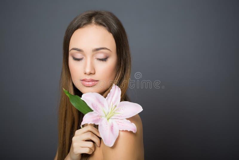Junge brunette Kosmetikschönheit lizenzfreie stockbilder