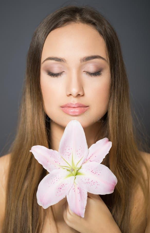 Junge brunette Kosmetikschönheit lizenzfreie stockfotografie