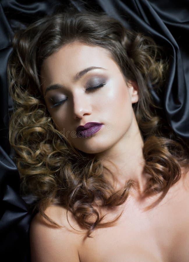 Junge brunette Kosmetikschönheit stockfotografie