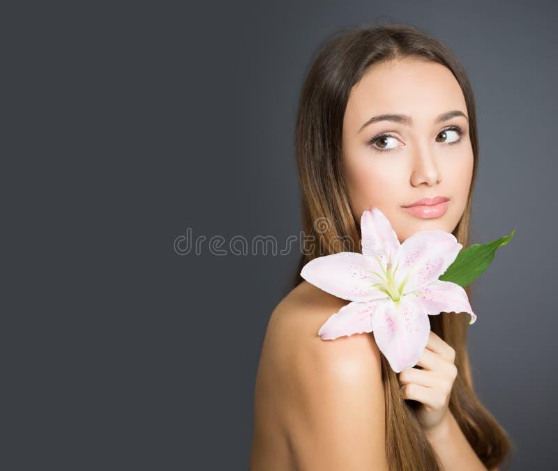 Junge brunette Kosmetikschönheit stockfotos