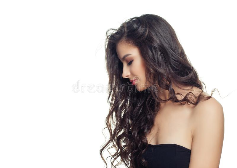 Junge brunette vorbildliche Frau mit dem langen perfekten Haar auf weißem Hintergrund Sch?nes weibliches Gesicht, Profil stockfotografie
