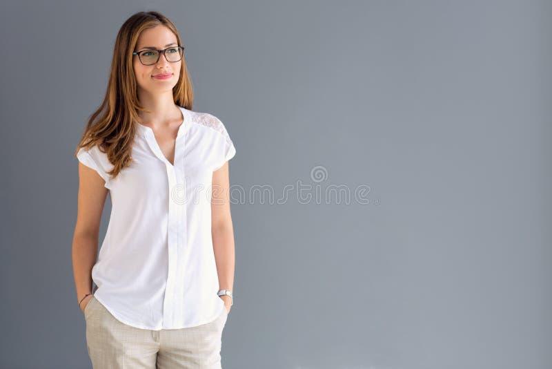 Junge brunette vorbildliche Stellung stockfotos