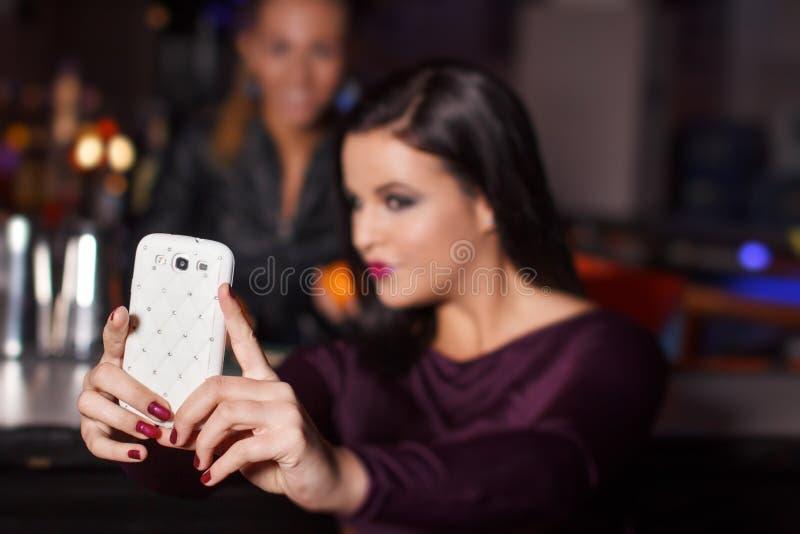 Junge Brunettefrau, die selfie nimmt stockfoto