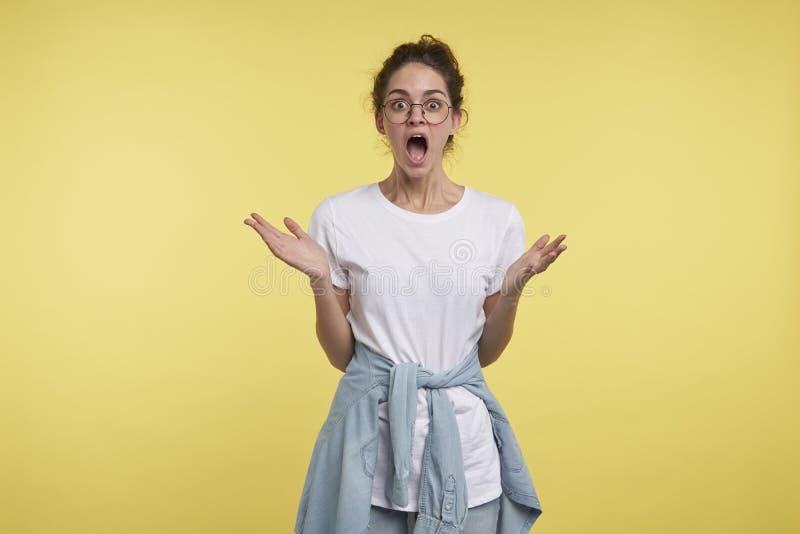 Junge Brunettefrau erhielt vom großen hollyday Rabatt entsetzt stockfotos