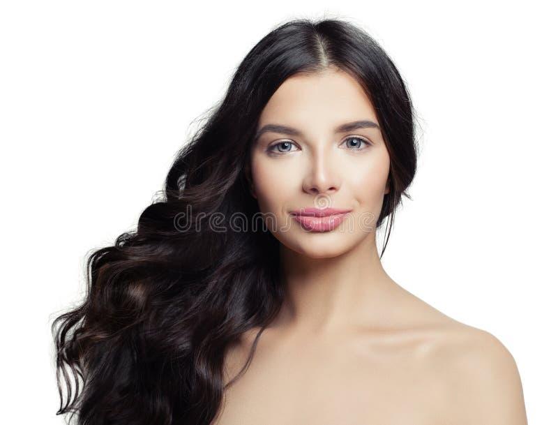 Junge Brunettefrau getrennt auf Weiß Nettes Mädchen mit langer perfekter Frisur Haarpflege- und Schönheitssalonhintergrund stockfoto