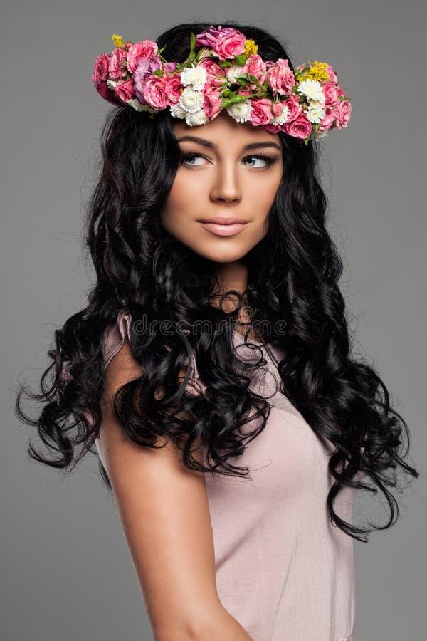 Junge Brunettefrau mit dem lockigen Haar lizenzfreie stockbilder