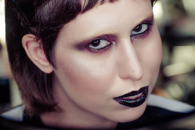Junge Brunettefrau mit schwarze Lippensteigendem Blick in camera Flache Schärfentiefe stockbild